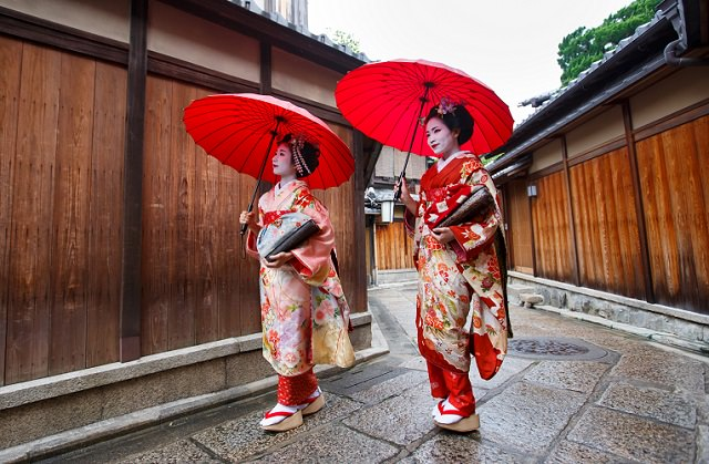 Kyoto Gion District | Meet the Geiko and Maiko