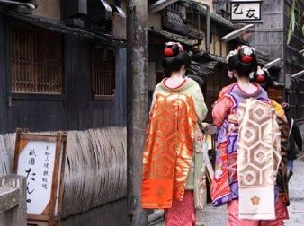 Photo of Maiko in Kyoto Gion District