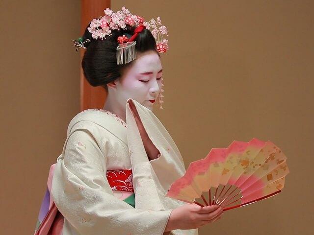 3) <em>Geiko</em> = Geisha